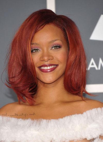 Rihanna-2011-Grammy-rossa-taglio-medium